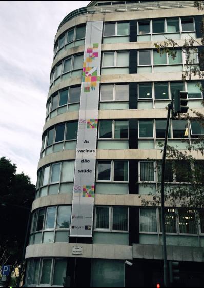 Faixa comemorativa na fachada do edifício do Ministério da Saúde